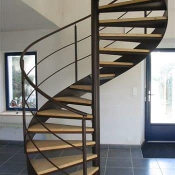 Escalier hélicoïdal avec marche en bois