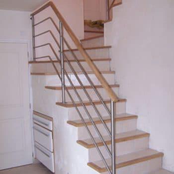 Rampe d'escalier avec main courante en bois