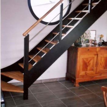 Escalier en noir laqué avec marche en hévéa